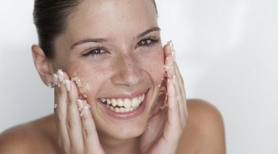 scrub viso per tipi di pelle