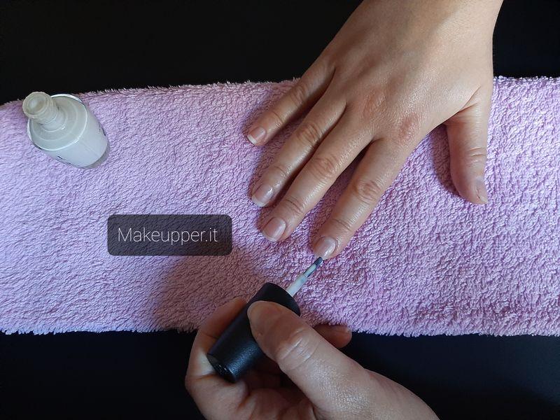 applicare smalto - step by step- mani perfette- manicure professionale a casa- makeupper.it