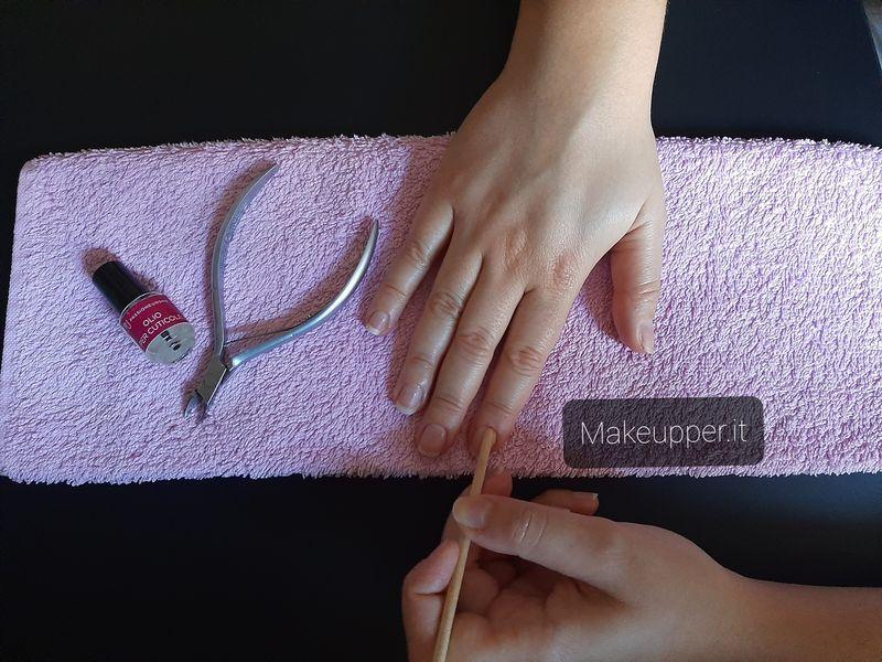 spingere indietro le cuticole - tagliare cuticole- makeupper-it - mani come dall'estetista professionali